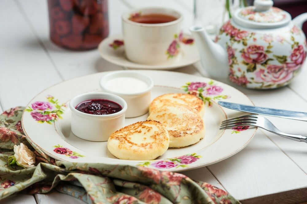Cottage cheese patties with berry sauce